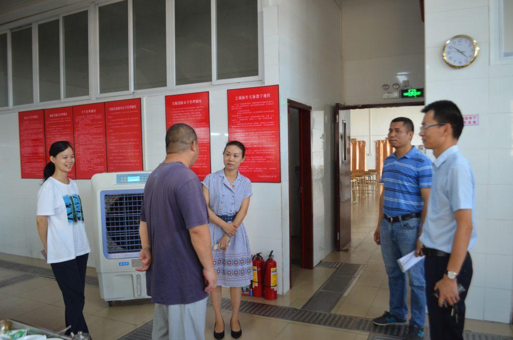 图二:调研组视察广州素食学校的教学场所