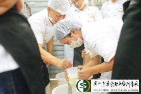 一天也能学会制作豆腐?素食学校手(守)艺人带大家学习做豆腐啦!