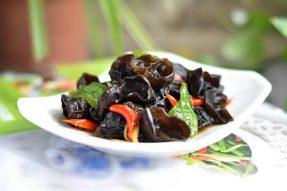 【素食家庭菜谱】酸辣黑木耳|黑木耳滋补润燥,养血益胃,最适合老年人的素食。